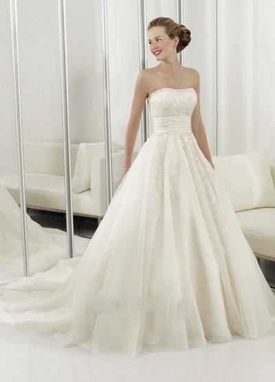 Dramatic bridal gown, Joana's Bridal, Montréal, Canada
