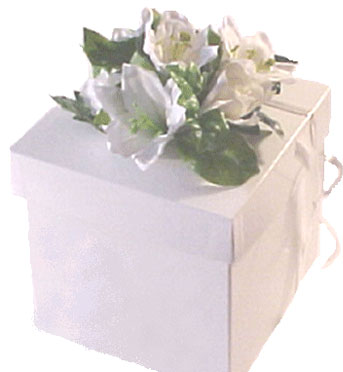Nice and Simple DIY wedding centerpiece: white box with flowers