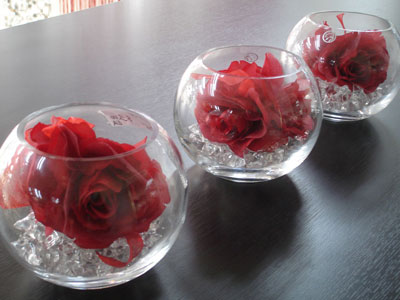 Short round vases: wedding centrepieces idea