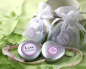 Gadget wedding favours: key chain and measuring tape
