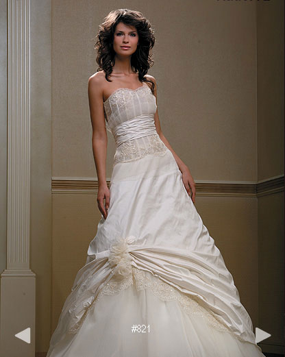 Paradise Garden #821, classically elegant wedding dress by Boutique Natalia Exclusif in Montréal