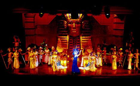 Thai Honeymoon Destinations: traditional performance in cosmopolitan Phuket