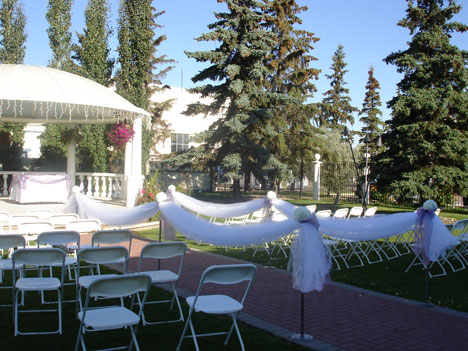 Outdoor gazebo wedding at the Chateau Louis Hotel, in Edmonton, Alberta