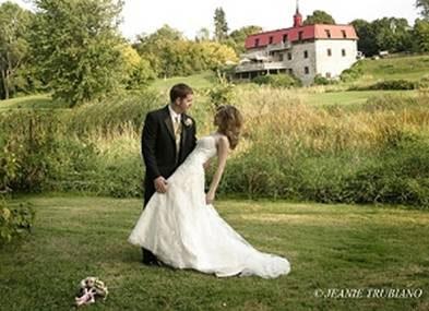 Outdoor wedding in Quebec: Au Vieux Moulin