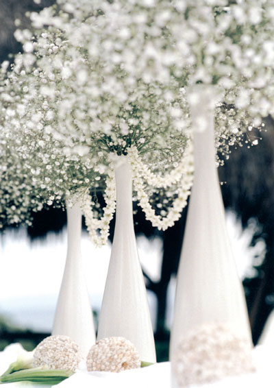 Ellegant white vases as winter weding centrepieces
